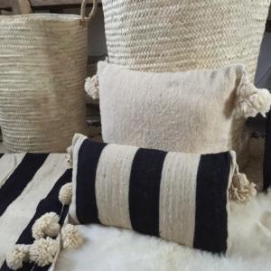 coussin en laine fait main avec pompons. Black Bedroom Furniture Sets. Home Design Ideas