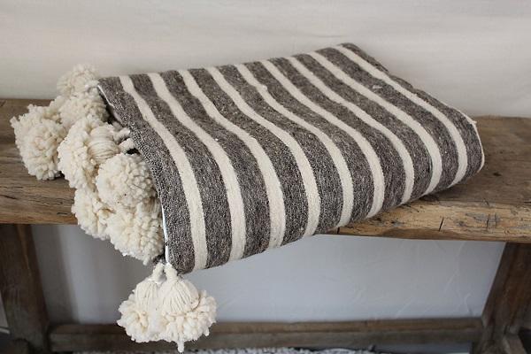 plaid en laine fait main avec pompons. Black Bedroom Furniture Sets. Home Design Ideas